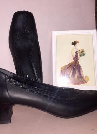 Чёрные туфли на низком каблуке из натуральной кожи clark's