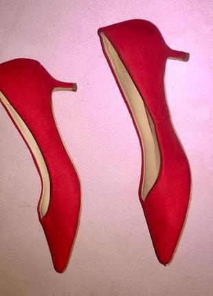 Ярко красные туфли лодочки на низком каблуке шпильки