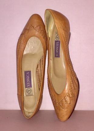 Легкие туфли лодочки на низком каблуке из натуральной кожи рыж...