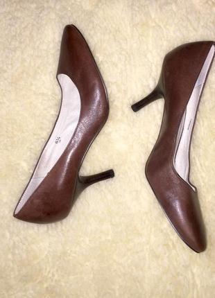 Коричневые туфли лодочки на среднем каблуке шпильке из натурал...