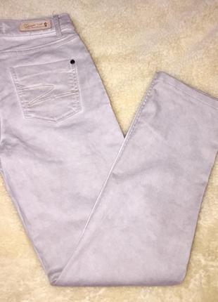 Светлые джинсы серого винтажного размытого цвета