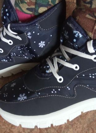 Женские зимние ботинки-дутики.