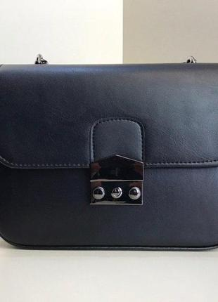 Маленькая женская сумочка на цепочке