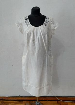 Стильное белое платье с кружевом