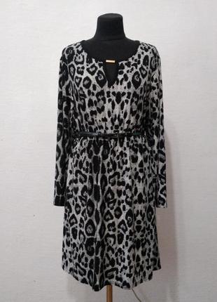 Стильное платье с  модным анималистическим принтом большого ра...