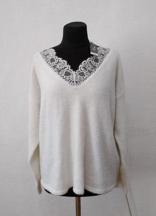Стильный белоснежный свитер большого размера