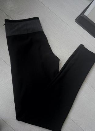 Черные зауженные брюки с бантом и карманами