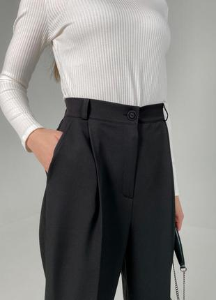 Черные брюки, кюлоты
