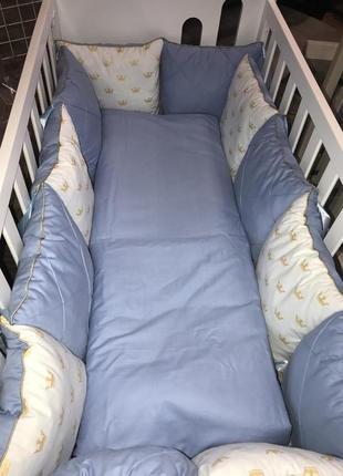 Комплект постельного в кроватку сатиновый с золотыми коронами