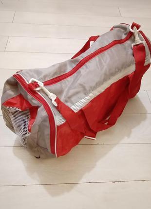 Легкая спортивно-дорожная сумка среднего размера
