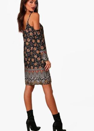 Кокетливое платье бренда boohoo с модными вырезами на плечах. ...