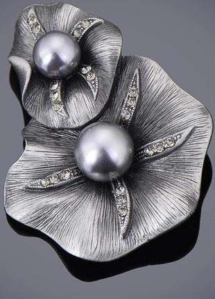Изысканная брошь серебряный цветок