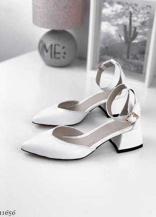 Белые туфельки на каблучку