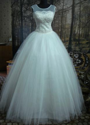 Свадебное платье кремового цвета.