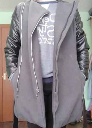 Серое пальто с кожаными вставками