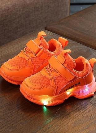 Яркие кроссовки для малышей