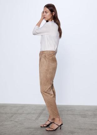 Кожаные замшевые брюки бананы с защипами штаны бежевые кэмел н...