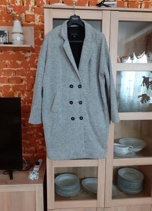Стильное двубортное с карманами пальто большого размера