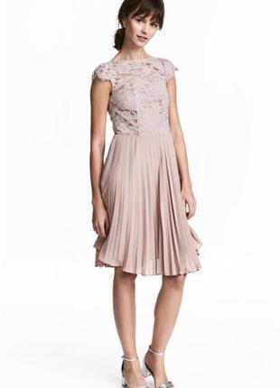 Нарядное нюдовое платье плиссе