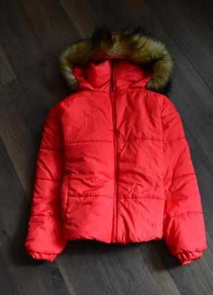 Красная куртка с капюшоном и мехом