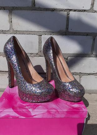 Блестящие голографические туфли в блёстках на высоком каблуке