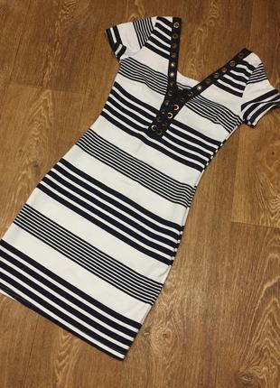 Женское платье с коротким рукавом.