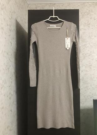 Серое платье с декором на рукавах, новое!