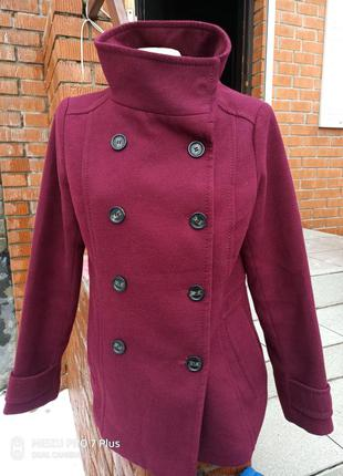 Стильное полу пальто цвета марсала от h&m