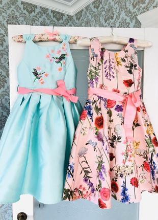Нарядное платье в цветочный принтв цвете пудра