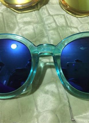 Модные очки в голубой оправе с синими зеркальными стеклами