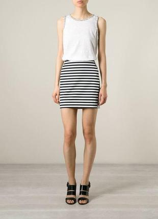Короткая юбка.