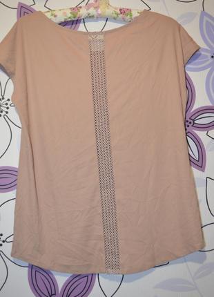 Блуза персикового цвета с красивой спинкой.