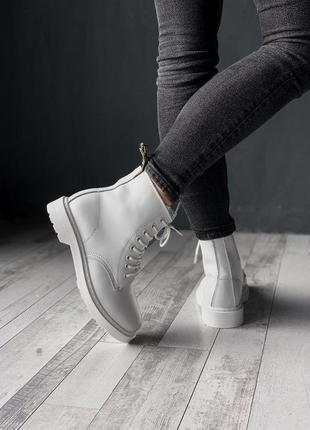 Белые женские зимние ботинки с мехом dr martens