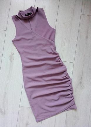 Облегающее платье миди с чокером нежного цвета лаванды