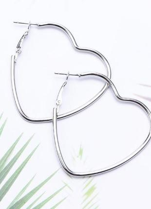 Серьги кольца сердца серебристого цвета