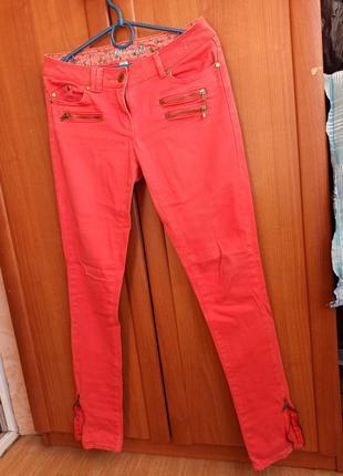 Яркие крутые штаны джинсы коралловые внизу молнии