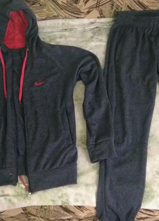 Спортивный костюм Nike.