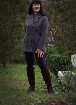 Стильное двубортное  пальто серого цвета оверсайз