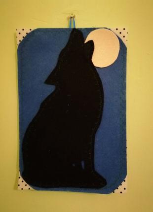 Силуэт волка на фоне луны