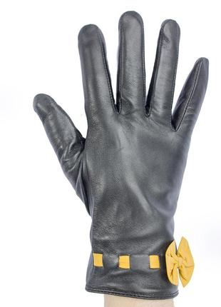 Женские перчатки из кожи ягненка.