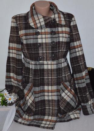 Брендовое коричневое демисезонное пальто с карманами в клетку