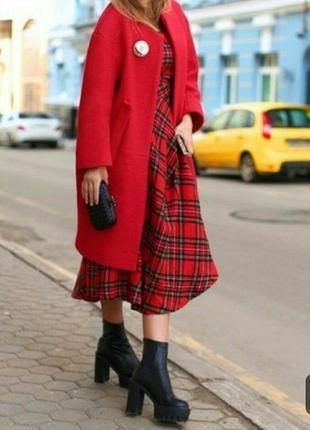 Длиное красное пальто