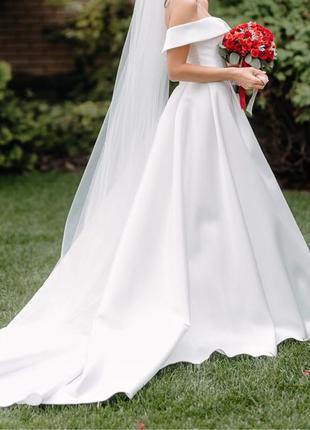 свадебное платье из атласа Pronovias