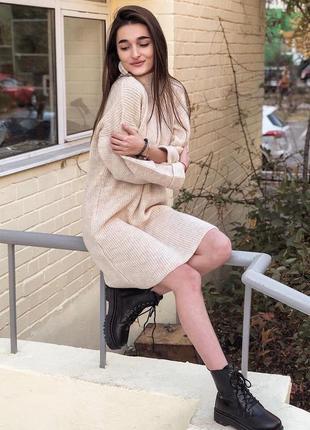 Зимниее бежевое теплое платье молочное