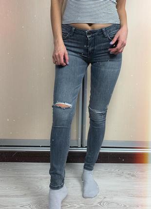 🌿 серые джинсы скинни с рваными коленями zara