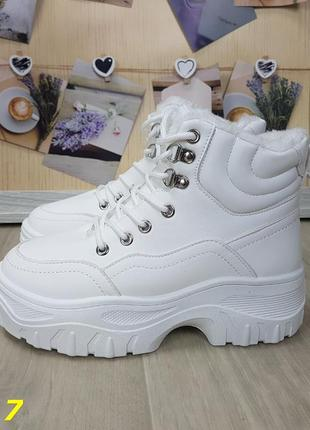 Женские зимние ботинки на платформе белые