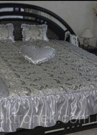 Атласное покрывало с тремя подушками 1.80*2.1