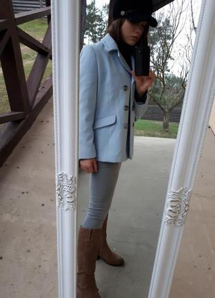 Пальто нежно голубого цвета