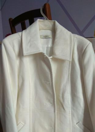 Белое пальто до колена