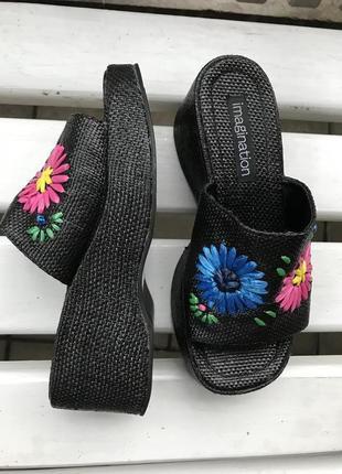 Плетёные тапочки(шлёпанцы)на танкетке с вышивкой